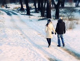 Couple walking through Chicago in winter